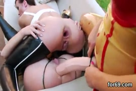 Mulher sendo estrupada na frente do marido