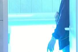 Videos porno filho tomando banho mae entra no banheiro ele reclama e depois os dois transa